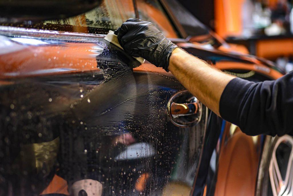 Ook in een erkende autogarage kan je auto gepoetst worden